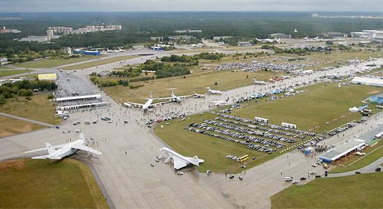Аэродром Раменское способен принимать все типы самолетов, фото сделано во время Международного авиакосмического салона