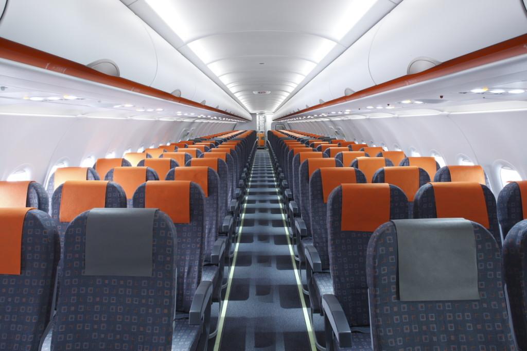 В салоне самолёта авиакомпании EasyJet