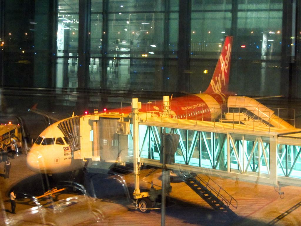 AirAsia - лоукостер, поэтому иногда придется идти до самолета пешком и занимать места, чаще всего на внутренних рейсах