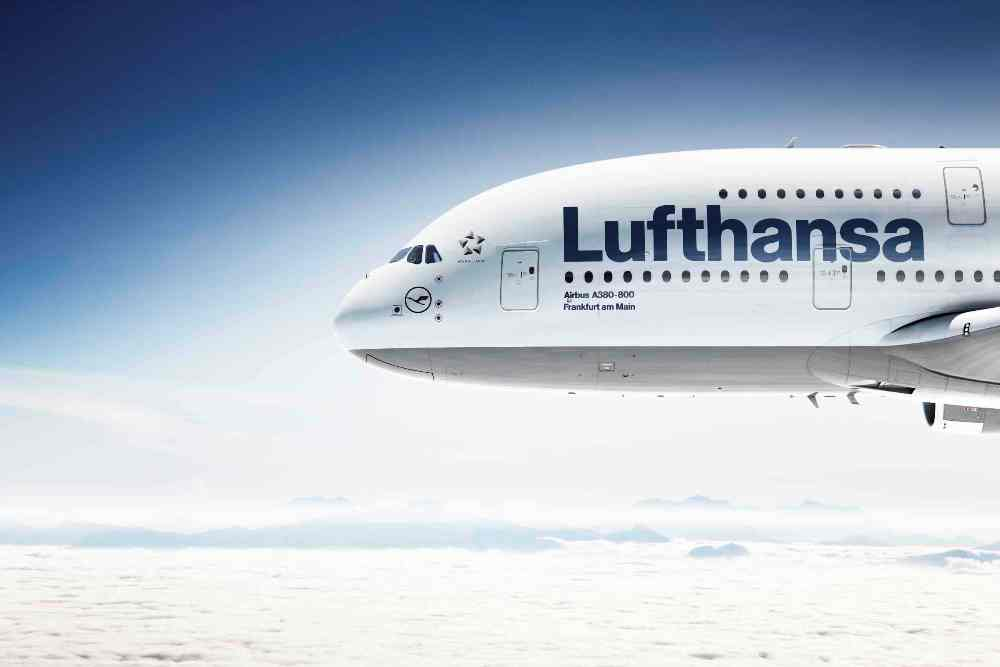 CGI: Bug der Lufthansa A380 air-to-air./CGI: nose of the Lufthansa A380 air-to-air.