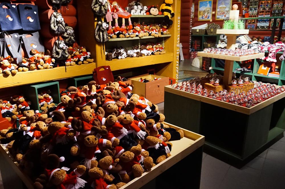 Здесь же можно купить сувениры из Лапландии