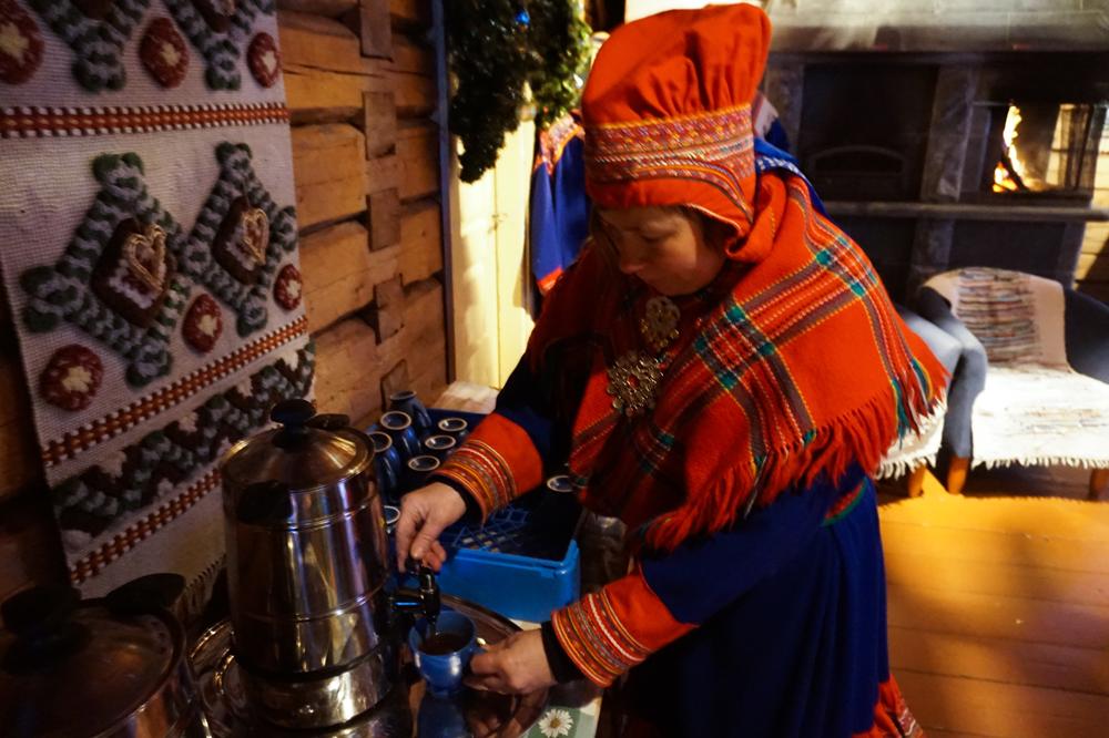 Хозяйка оленьей фермы угостила нас национальным лапландским напитком