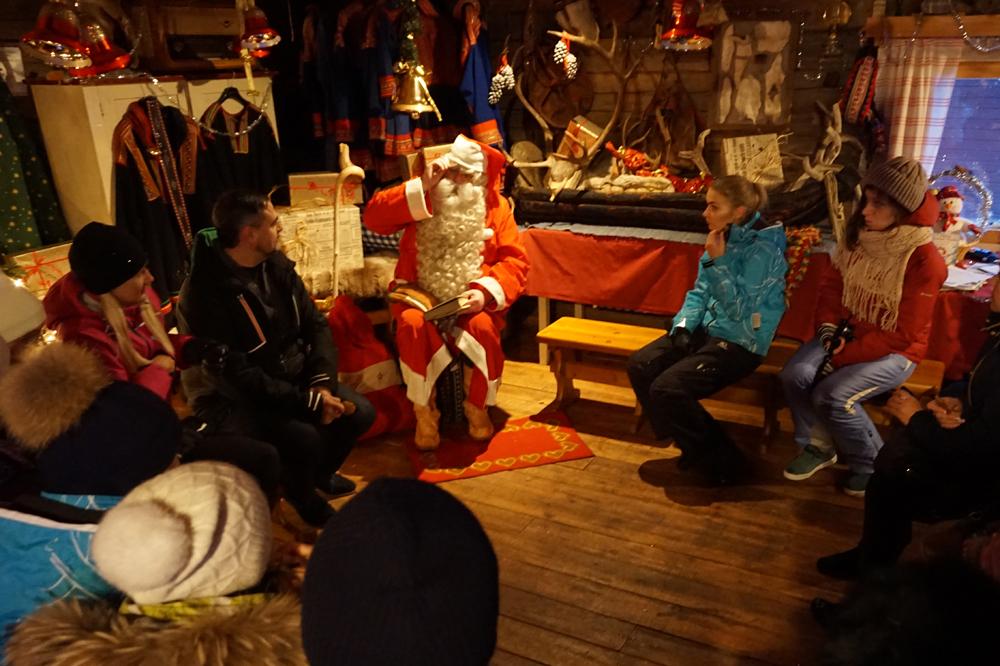 Санта Клаус в таежном домике