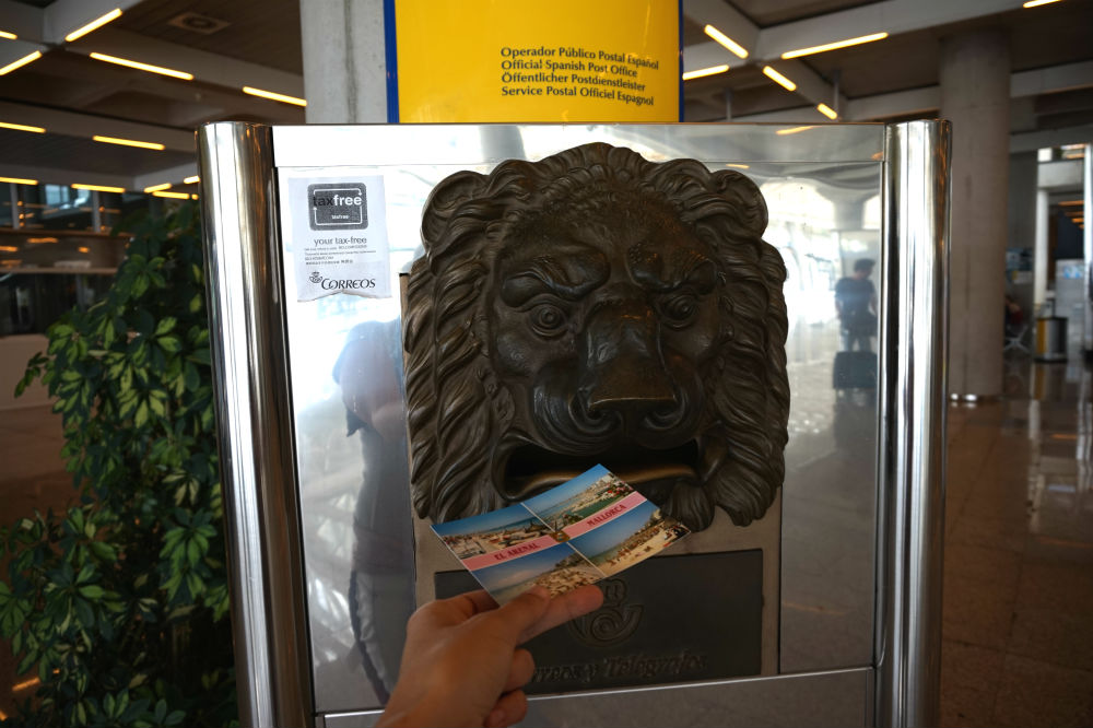 И тут же отправить себе послание домой из теплой Майорке, закинув открытку в пасть почтового льва