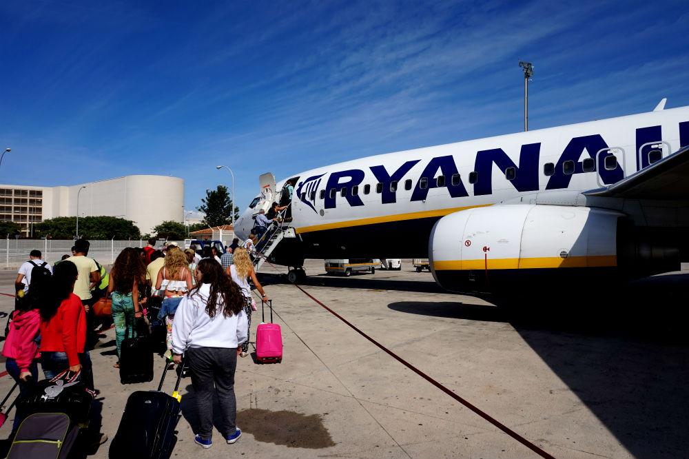 на рейс Ryanair пассажиры идут пшком