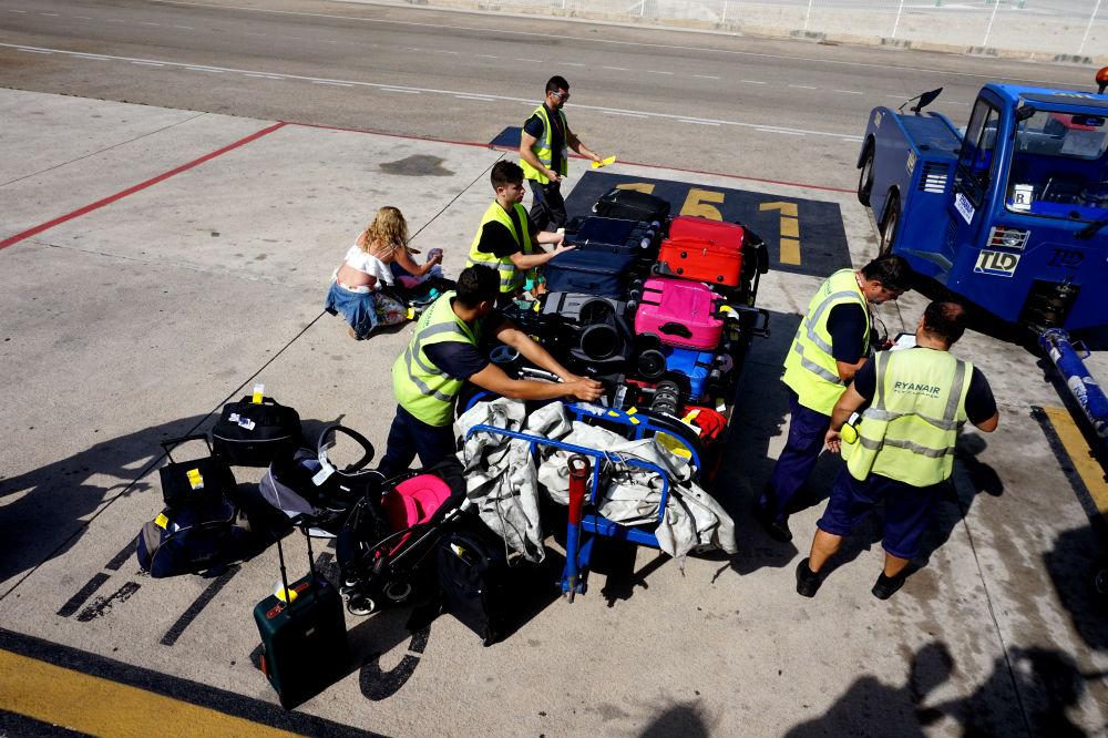 На нашем рейсе места в салоне не осталось, поэтому пассажиров с чемоданами в ручной клади попросили сдать вещи в багаж