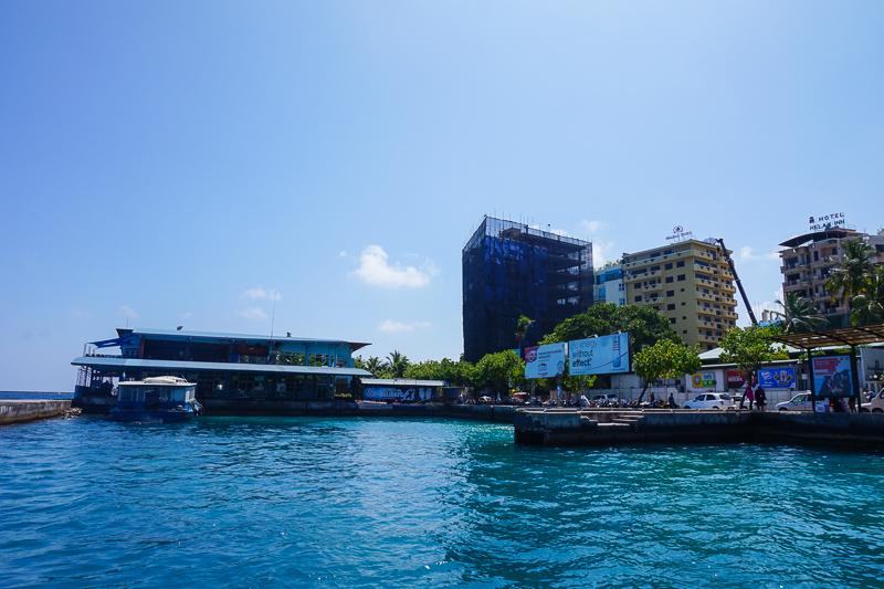 На острове 1 метр на 1,5 живет примерно 100 000 человек