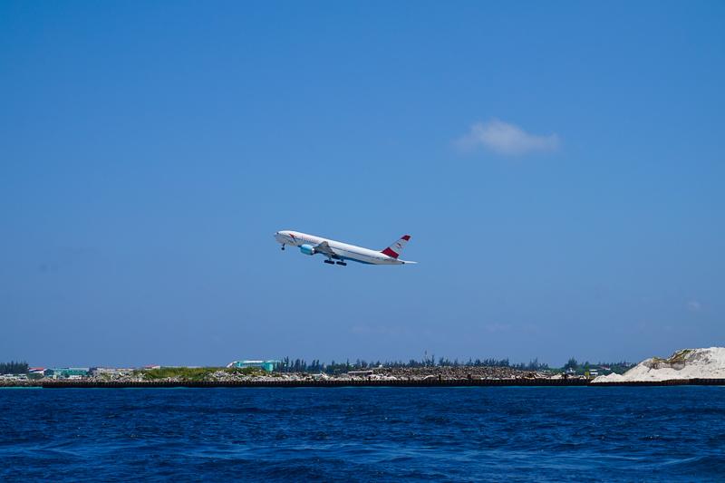 Проезжая на пароме, можно бесконечно наблюдать, как приземляются и взлетают самолеты