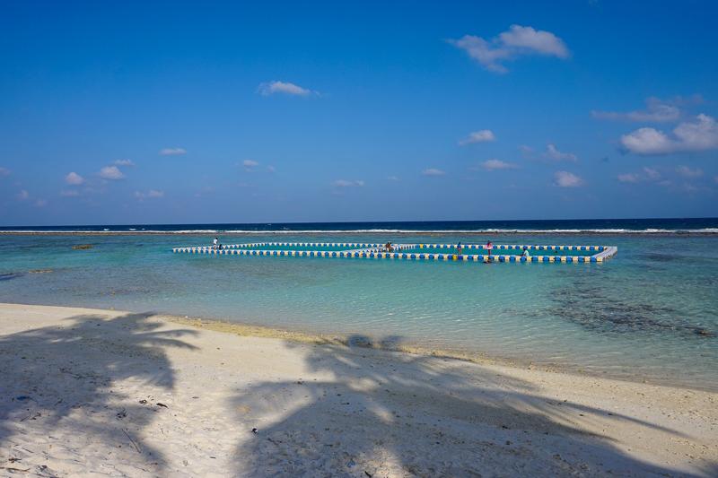 Местные жители предпочитают купаться в бассейнах в Индийском океане