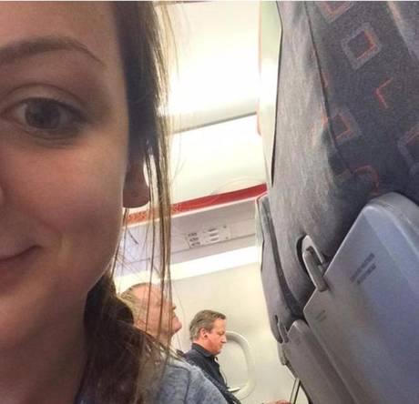 Девушка написала в своем Инстаграме: «Премьер-министр сидел в 3 местах от меня и ел чипсы с паприкой. Помогите мне»