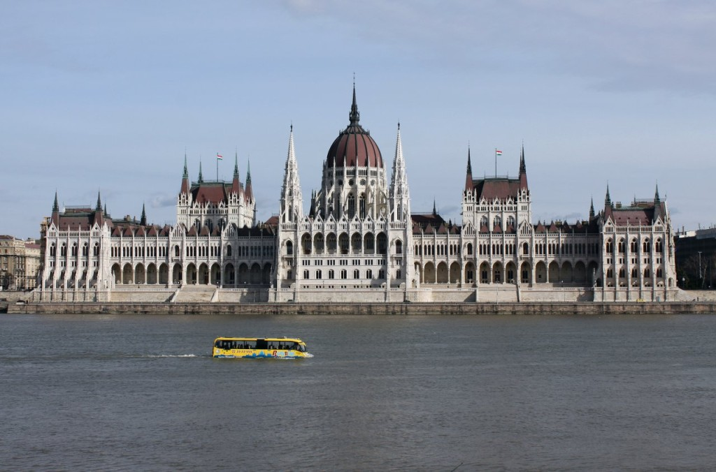 parlament_with_bus_on_danube_1280x845